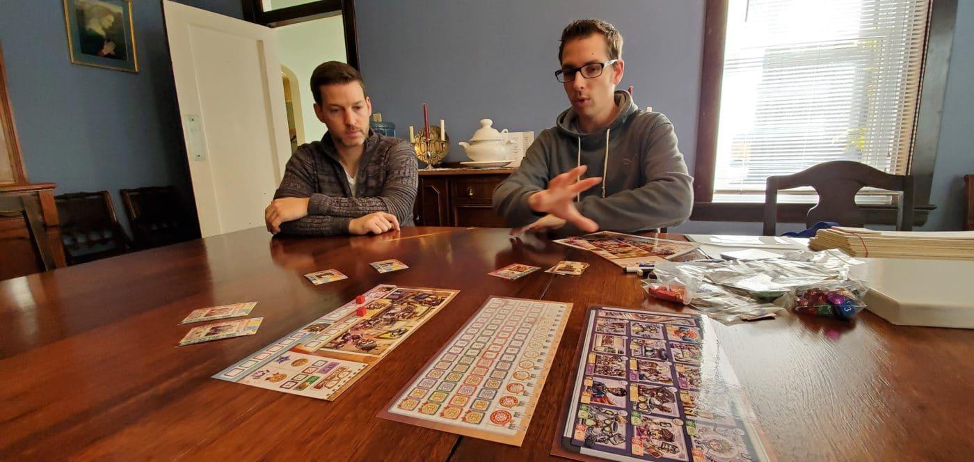 Bruno (à droite) écoute attentivement les explications de Kevin (à gauche).